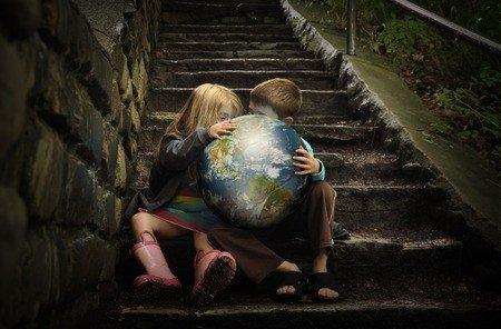 Twee kinderen op de trap met een wereldbol, symboliserend dat ze als kleine kinderen de wereld op hun schouders dragen. Hypnose aanpak de Trap van Karin Bakker.