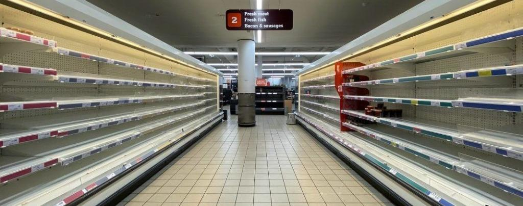 Lege schappen in de supermarkt als gevolg van corona crisis op de mentaliteit bevolking.