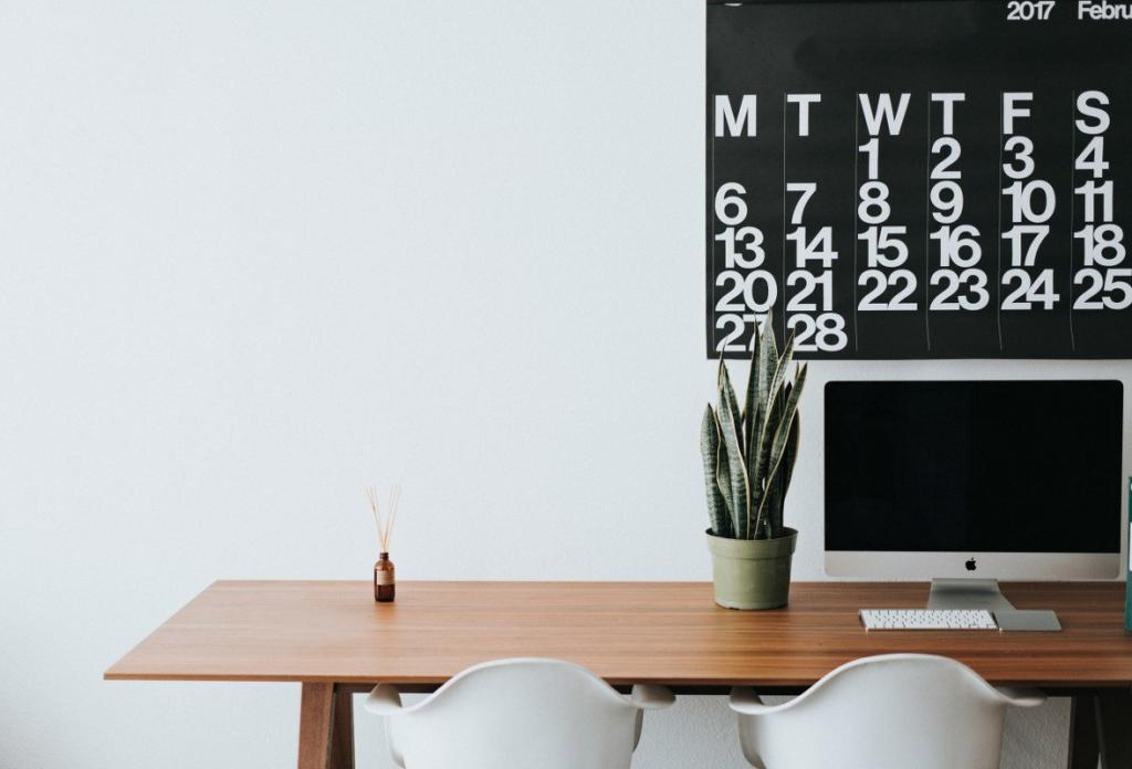 Een bureau met een laptop en een kalender om structuur en innerlijke rust te behouden tijdens de corona crisis